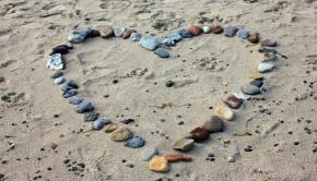 cœur-en-pierres-sur-le-sable