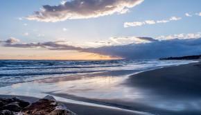 Coucher de soleil sur une plage de Malaga