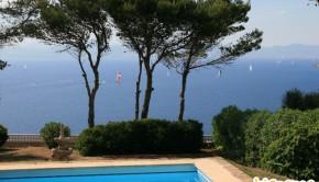 vue sur la mer à Majorque depuis un jardin avec piscine