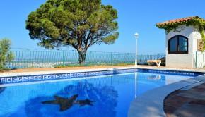 Vue sur la piscine d'une villa résidentielle au Portugal